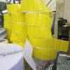 in tem nhãn cuộn màu vàng